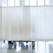 Nederland Rotterdam  25-08-2009 20090825 Foto: David Rozing .Serie over zorgsector, Ikazia Ziekenhuis Rotterdam. ..Foto: David Rozing Serie over zorgsector, Ikazia Ziekenhuis Rotterdam. Een verpleegkundige controleert een patient op de recoveryroom, dit is een zaal waar patienten na een operatie verzorgd worden. Patient is being checked by doctor, in recovery room, where people are looked after, after surgery. ziekenzaal, op zaal liggen Holland, The Netherlands, dutch, Pays Bas, Europe, professionele, professional, steriel, steriele omgeving, werkkleding, kledingvoorschriften, , genezen, genezing, ziekte bestrijding bestrijden, ernstig ziek zijn, ..Foto: David Rozing.., illustratief beeld; illustratieve; illustrative image,stock; stockbeeld; symbolisch beeld; symbolic.,ronde doen, routine verpleegkundigen, op zaal liggen, behandelplan, treatment,ziektekosten,zorgverlener, zorgverleners,zorgverlening, achter gordijnen,verpleegster, verpleegsters, verpleger, verplegers, verplegend, status