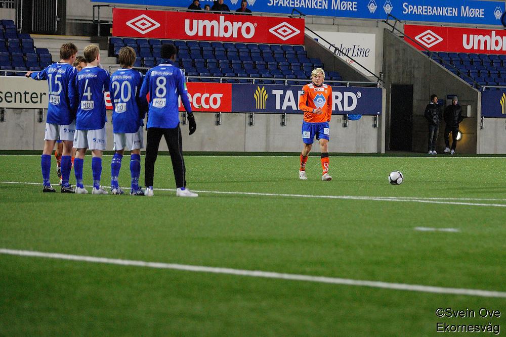 ÅLESUND 20110212. Aalesunds Jonathan Parr (th) gjør seg klar til å ta et frispark under treningskampen i fotball mellom Aalesund og Hødd på Color Line Stadion i Ålesund lørdag ettermiddag.<br /> Foto: Svein Ove Ekornesvåg
