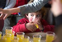 MEERSSEN - limonade drinken. Gezonde sportkantine bij Hockey Verniging Meerssen . Fruit, jus d'orange en rijstwafels als snoep. FOTO KOEN SUYK