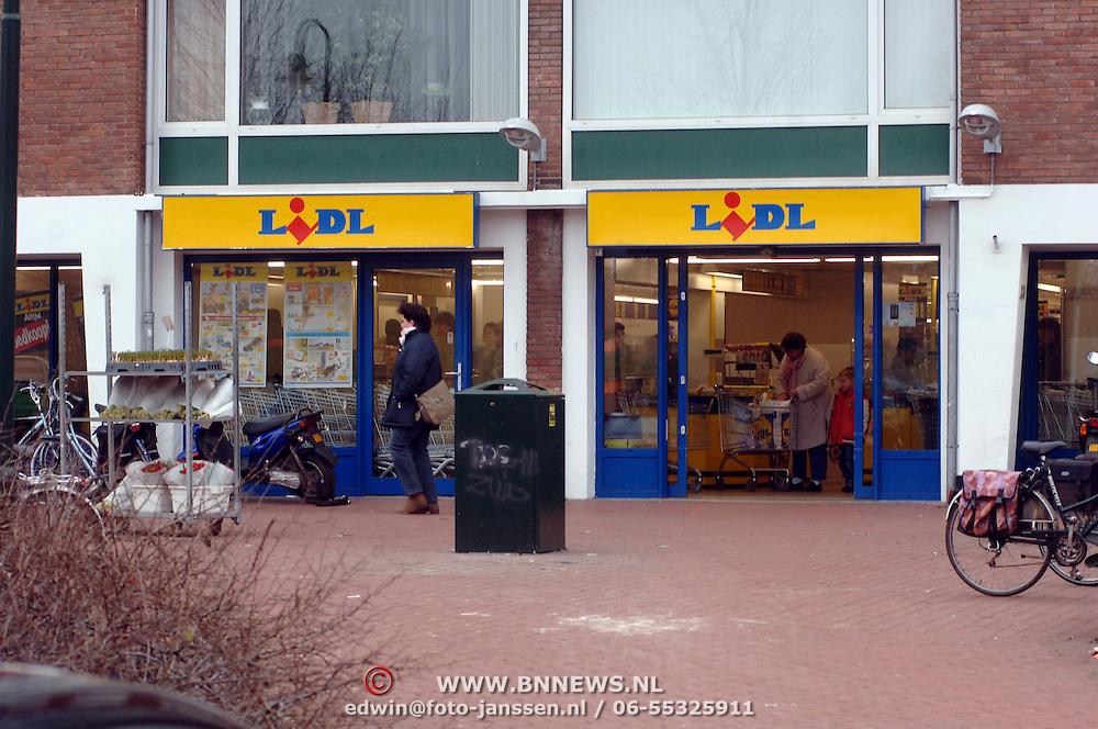 NLD/Bussum/20060104 - Klanten verlaten de vestiging van goedkope winkel Lidl Laarderweg Bussum, goedkoop, economie, supermarkt, fietsen,