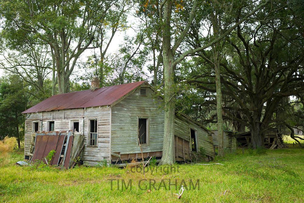 Derelict ramshackle old Cajun shack in the Mississippi Delta, near Jeanerette, Louisiana, USA