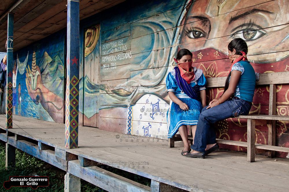 Two zapatists of the good government enjoying the free time.<br /> Mujeres de la junta de buen gobierno disfrutando del tiempo libre.