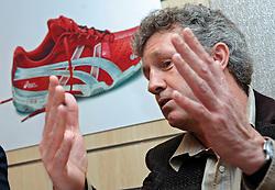 17-03-2005;VOLLEYBAL;PRESENTATIE NIEUWE BONDSCOACH;LEUSDEN<br /> <br /> Harrie Brokking is vandaag gepresenteerd als de nieuwe bondscoach voor de mannen tot en met Peking 2008. Hans Nieukerke, voorzitter NeVoBo, presenteerde vandaag ook de nieuwe kledingsponsor Assics.<br /> <br /> ©2005-WWW.FOTOHOOGENDOORN.NL