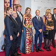 NLD/'Amsterdam/20170915 - Willem-Alexander en Máxima bij première 'Ode aan de Meester', Koning Willem Alexander en Koningin Maxima begroeten Hans van Manen