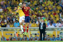 Neymar disputa bola com César Azpilicueta na partida entre Brasil e Espanha válida pela final da Copa das Confederações 2013, no estádio Maracanã, no Rio de Janeiro. FOTO: Jefferson Bernardes/Preview.com