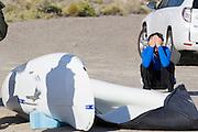 Jan Bos zit teleurgesteld bij zijn VeloX S nadat hij wederom gevallen is op de zesde en laatste racedag van de WHPSC. In Battle Mountain (Nevada) wordt ieder jaar de World Human Powered Speed Challenge gehouden. Tijdens deze wedstrijd wordt geprobeerd zo hard mogelijk te fietsen op pure menskracht. Ze halen snelheden tot 133 km/h. De deelnemers bestaan zowel uit teams van universiteiten als uit hobbyisten. Met de gestroomlijnde fietsen willen ze laten zien wat mogelijk is met menskracht. De speciale ligfietsen kunnen gezien worden als de Formule 1 van het fietsen. De kennis die wordt opgedaan wordt ook gebruikt om duurzaam vervoer verder te ontwikkelen.<br /> <br /> Jan Bos sits dissapointed next to his VeloX S after he has crashed again on the sixth and last racing day of the WHPSC. In Battle Mountain (Nevada) each year the World Human Powered Speed Challenge is held. During this race they try to ride on pure manpower as hard as possible. Speeds up to 133 km/h are reached. The participants consist of both teams from universities and from hobbyists. With the sleek bikes they want to show what is possible with human power. The special recumbent bicycles can be seen as the Formula 1 of the bicycle. The knowledge gained is also used to develop sustainable transport.
