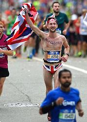 01-11-2015 USA: NYC Marathon, New York<br /> De dag van de marathon, 42 km en 195 meter door de straten van Staten Island, Brooklyn, Queens, The Bronx en Manhattan / Naked Britt, lopers, sfeer