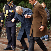 Dodenherdenking 2004 Baarn, Prins Bernhard en Maurits valt bijna