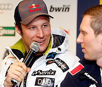 Alpint<br /> World Cup<br /> Kithbühel Østerrike<br /> 19.01.2012<br /> Foto: Gepa/Digitalsport<br /> NORWAY ONLY<br /> <br /> FIS Weltcup, Hahnenkamm-Rennen, Side Events, Praesentation FIS and Dainese,  <br /> Pressekonferenz. Bild zeigt Aksel Lund Svindal (NOR) und Werner Heel (ITA).
