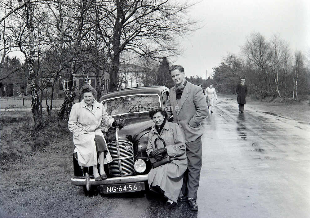 family on a day road trip 1950s Holland