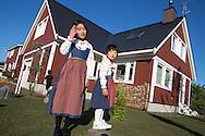 Systrarna Sakura och Haruka Tago utanför familjens faluröda hus i Sweden Hills, Japan.