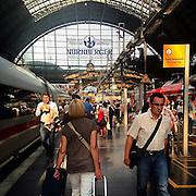 Frankfurt. #railwaystation #frankfurt #light #shadow #sun #passengers #latergram #hauptbahnhof #bahnhof #deutschland #germany