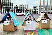Nederland, Cuyk, 26-5-2016Jongeren die gebruik maken van de jeugdzorg protesteren tegenover het gemeentehuis tegen het besluit om de hulpverlening na hun 18e te minimaliseren. FOTO: FLIP FRANSSEN