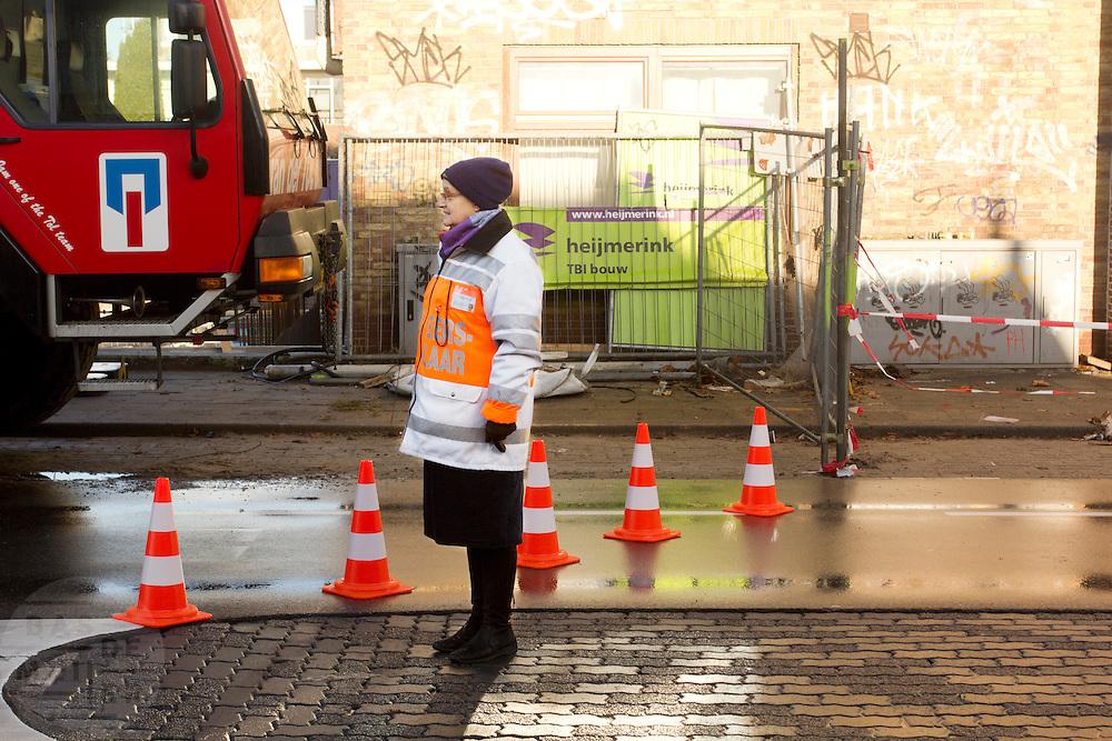 Een verkeersregelaar bij de David van Mollemstraat in Utrecht.<br /> <br /> A traffic warden in Utrecht
