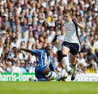 Photo: Leigh Quinnell.<br /> Tottenham Hotspur v Porto. Pre Season Friendly.<br /> 06/08/2005. Tottenhams Michael Carrick shakes off Portos Benni McCarthy.