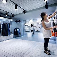 """Nederland, Amsterdam, 12 juli 2012..Binnenkort is de P.C. Hooftstraat in Amsterdam een winkel rijker. In het D&G-pand op nummer 127 opent Azzurro een nieuwe mannenwinkel: Four. De winkel zal meerdere etages beslaan en er zal kleding van zowel bekende als minder bekende merken te koop zijn.??""""Er komt een brede selectie aan kleding in de winkel te hangen"""", vertelt Edward de Jonge Urbach, eigenaar van Azzurro. Kleding van grote merken als Jil Sander en Alexander McQueen zal worden afgewisseld met underground merken uit New York en Tokio. """"Bijvoorbeeld het Japanse Human Made, dat nergens anders in Nederland te koop is"""", vertelt hij. """"Four wordt een concept store. Alles voor de man is er straks te vinden, van maatpakken tot jeans en alles daar tussenin.""""?Op de foto: de laatste hand wordt gelegd op het op orde brengen van de winkel die zaterdag wordt geopend..Foto:Jean-Pierre Jans"""