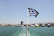 Griekenland, Athene, 5-7-2008Veerboot, ferry verlaat de haven van Piraeus op weg naar een eiland, eilanden.Ferryboat,ferry, leaving the harbour of Piraeus on its way to an island,islands.Foto: Flip Franssen