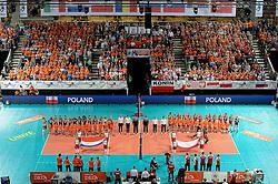 27-09-2015 NED: Volleyball European Championship Nederland - Polen, Apeldoorn<br /> Nederland verslaat Polen met 3-1 / Line up Nederland en Polen, Omnisport Apeldoorn