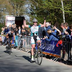19-04-2015: Wielrennen: Ronde van Gelderland vrouwen: Apeldoorn<br /> APELDOORN (NED) wielrennen De vijftigste ronde van Apeldoorn werd verreden onder te mooie weersomstandigheden. In het Ordenbos eindigde de wedstrijd in een massasprint.<br /> Kirsten Wild is in de massasprint de snelste voor Lucy Garner en Barbera Guarischi