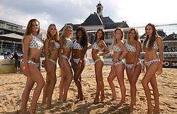 16-07-2014 NED: FIVB Grand Slam Beach Volleybal, Apeldoorn<br /> Poule fase groep A mannen - Centercourt Markt Apeldoorn en de FIVB dance girls