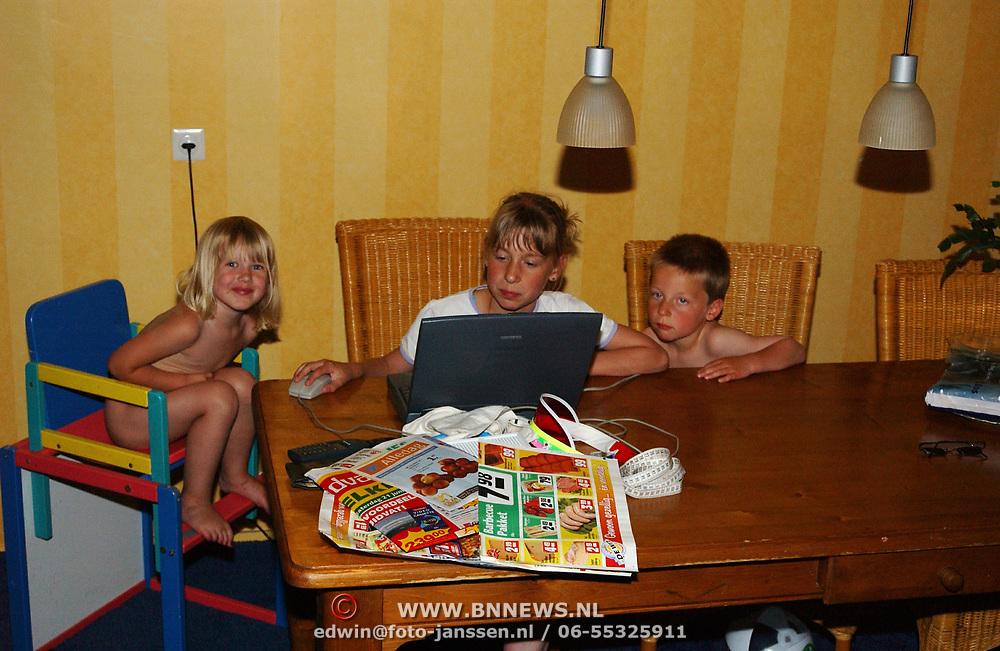Linda Janssen, Saskia en Dennis Veerman achter de computer