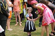 Zijne Majesteit Koning Willem-Alexander en Hare Majesteit Koningin Máxima bezoeken de provincie Overijssel.Koning en Koningin komen aan op het feestterrein van 's Heerenbroek. Daar krijgen ze een kaas aangeboden en zien het schilderij van de kunstenaar Ad Swier<br /> <br /> His Majesty King Willem-Alexander and Máxima Her Majesty Queen visits the province of Overijssel. King and Queen arrive at the festival site at Heerenbroek. There they are offered a cheese and see the painting of the artist Ad Swier