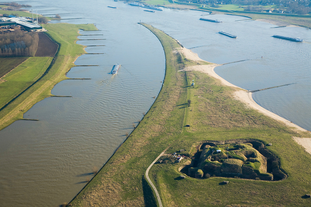 Nederland, Gelderland, Doornenburg (Gemeente Lingewaard), 11-02-2008; het voormalig Fort Pannerden strategisch gelegen op de Pannerdensche Kop, op dit punt splitst de Rijn: links het Pannerdensch Kanaal, rechts de Waal; de landtong heet Klompenwaard.the former Fort Pannerden strategically located on the Pannerden Head, Scheeren, at this point the Rhine diverges: left the Pannerdensch Channel, right the Waal; sperfort, kazemat, leger, verdediging, defensie, barring fort, shelter, military, defense, defense.luchtfoto (toeslag); aerial photo (additional fee required); .foto Siebe Swart / photo Siebe Swart