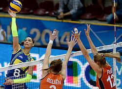02-10-2014 ITA: World Championship Volleyball Nederland - Brazilie, Verona<br /> Nederland pakt de eerste set tegen Brazilie / Jaqueline Pereira De Carvalho Endres slaat de bal langs het blok van Yvon Beliën, Manon Flier