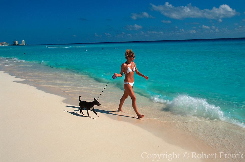 MEXICO, YUCATAN, TOURISM Riviera Maya; Cancun beach