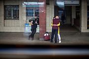 Gesichtsmasken sind im öffentlichen Leben in der Tschechischen Republik Pflicht. Ein Paar umarmt sich am Bahnhof in Klatovy, Tschechische Republik, dem ersten größeren Bahnhof nach dem Überqueren der geschlossenen tschechisch-deutschen Grenze. Die Tschechische Republik befindet sich im Ausnahmezustand und nur ihre eigenen Bürger oder Ausländer mit einer Aufenthaltserlaubnis dürfen einreisen. //////////////////////////////Face masks are mandatory in public life in the Czech Republic. A couple hugging at the railway station in Klatovy, Czech Republic, the first bigger station after crossing the closed Czech-German border. Czech Republic is in the state of emergency and just their own citizens or foreigners with a residence permit are allowed to enter. @rischaard