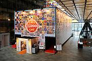De complete lijst van de Radio 2 Top 2000 is bekend gemaakt in een speciale uitzending van het Radio 2-programma 'Tijd voor Twee Proeflokaal' van Frits Spits van 12.00 tot 14.00 uur in het Top 2000 cafe in beeld en geluid, Hilversum<br /> <br /> Op de foto:  het Top 2000 cafe