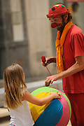 Payaso jugando con niñas en Calle Larios | Málaga, España.<br /> <br /> Víctor Santamaría.