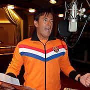 NLD/Blaricum/20120410 - Gerard Joling bij het inzingen van de WK cd 2012,