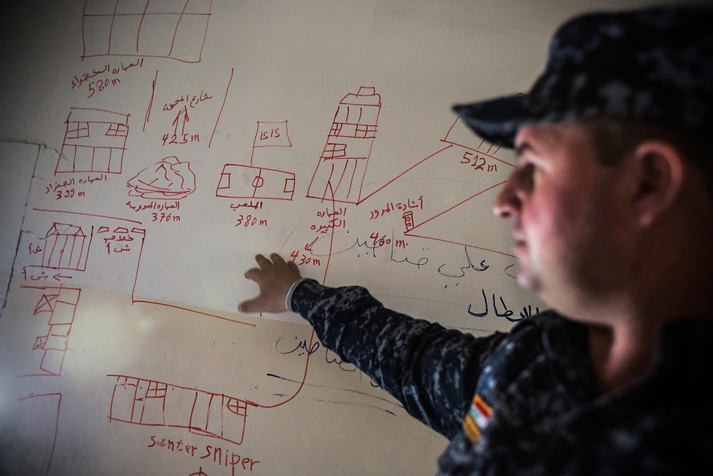 An Iraqi Federal Police officer shows a map of ISIS position at one of sniper's position at a front-line in west mosul.<br /> <br /> イラク連邦警察のオフィサーがISの陣地が書かれたマップを眺める。モスル西部のスナイパー陣地にて。