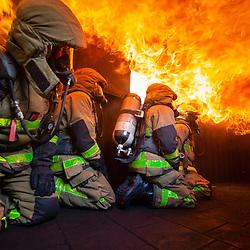 Sapeurs-pompiers du Groupe Exploration de Longue Durée de Blanc-Mesnil assurant la sécurité lors du stage initial ELD. Brûlage en caisson fireflash à la maison du feu du fort Briche de la BSPP.