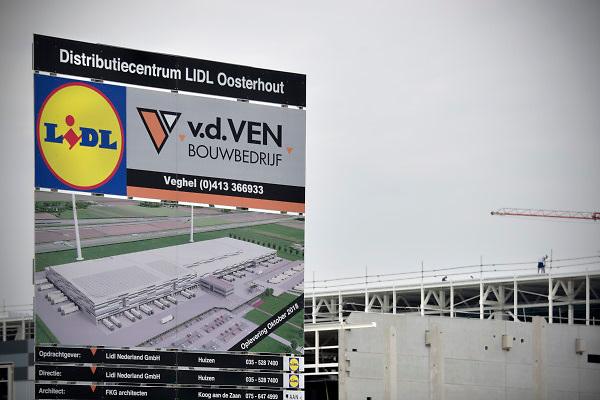 Nederland, Oosterhout, 31-5-2018Langs de snelweg a15 wordt een nieuw en modern distributiecentrum van de duits prijsvechter Lidl neergezet . Foto: Flip Franssen