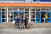 Nederland, Doetinchem, 20-12-2018Leerlingen van de middelbare school het Ludger College in Doetinchem hebben zojuist een toets gedaan en gaan naar huis. De Achterhoek is een krimpregio en deze school heeft zich daar op voorbereid dmv fusie . Krimp in het onderwijs. Ludgercollege . Foto: Flip Franssen