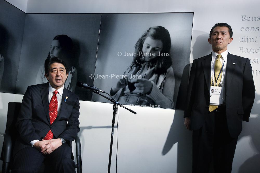 Novum:Nederland:Amsterdam; 23 maart 2014.<br /> De Japanse premier Shinzo Abe is zondagmiddag aangekomen bij het Anne Frank Huis in Amsterdam. Abe besloot het museum aan de Prinsengracht te bezoeken in verband met de vernieling van honderden boeken van en over Anne Frank in Tokyo vorige maand.<br /> De Japanse premier is in Nederland vanwege de top over nucleaire beveiliging die maandag en dinsdag plaatsvindt in Den Haag.<br /> foto: Jean-Pierre Jans<br /> Foto:Jean-Pierre Jans