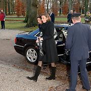 NLD/Apeldoorn/20051216 - Prinses Margriet en schoondochters bezoeken tentoonstelling Bruiden van Het Loo, aankomst prinses Marilene van den broek