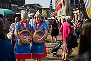 Goudse meisjes in klederdracht op de traditionele kaasmarkt, Gouda