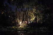 L'enterrement se fait la nuit sur le territoire du clan du père et est réalisée par le clan maternel par des cérémonies coutumières et religieuses. La tombe est située sur un promontoire à l'orée de la forêt, sur la rive opposée de la rivière qui sépare le monde des vivants de celui des esprits. - Tribu de Tendo - Hienghene - Nouvelle Calédonie - Aout 2013