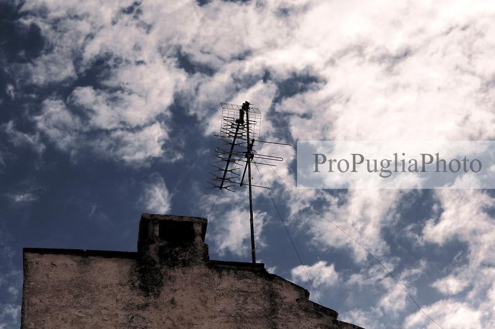 Antenna sul tetto di una casa del borgo antico di ostuni.