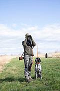 Modern Hunting Series - In Zusammenarbeit mit Jagdjournalistin Anna Lena Kaufmann<br /> <br /> Jägerin Anna Lena Kaufmann und Jagdhund Adsche - Nutriajagd in den Vierlanden