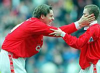 Fotball<br /> Norske spillere i England<br /> Foto: Colorsport/Digitalsport<br /> NORWAY ONLY<br /> <br /> JAN ÅGE FJØRTOFT (BARNSLEY) CELEBRATES WITH MARTIN BULLOCK AFTER NEIL REDFEARN'S GOAL. BARNSLEY V TOTTENHAM HOTSPUR, 18/04/1998
