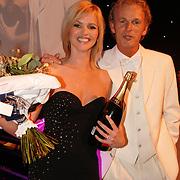 NLD/Amsterdam/20051128 - Uitreiking Beau Monde Awards 2005, Tooske Breugem wint de Beau Monde covergirl Award