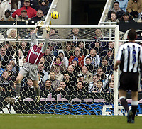 Fotball<br /> England 2004/2005<br /> Foto: SBI/Digitalsport<br /> NORWAY ONLY<br /> <br /> Newcastle United v Charlton Athletic, Barclays Premiership, 05/02/2005.<br /> <br /> Charlton goalkeeper Dean Kiely stretches to keep out a long range effort from Newcastle's Andy O'Brien