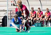 ROTTERDAM -  Ties Ceulemans (Kampong)  met Mark Rijkers (Oranje-Rood)  tijdens de wedstrijd om de derde plaats tegen Oranje Rood bij de ABN AMRO cup. COPYRIGHT KOEN SUYK