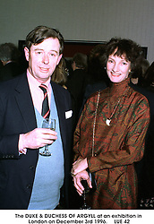 The DUKE & DUCHESS OF ARGYLL at an exhibition in London on December 3rd 1996.                                LUE 42