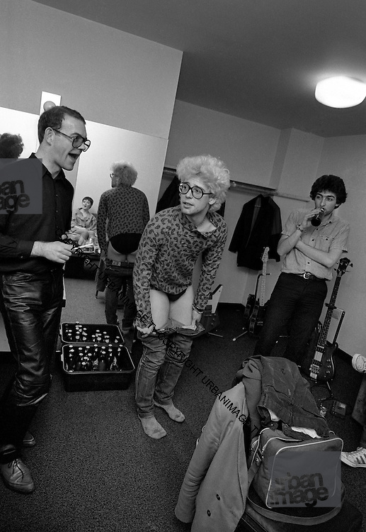 U2 - Paulo Hewitt, Adam Clayton and Paul McGuiness  - backstage  Chicago USA tour - 1981