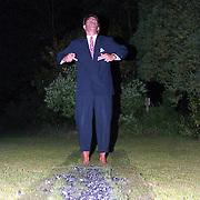 NLD/Oosterbeek/19910816 - Emile Ratelband loopt over vuur in de tuin van zijn huis in Oosterbeek